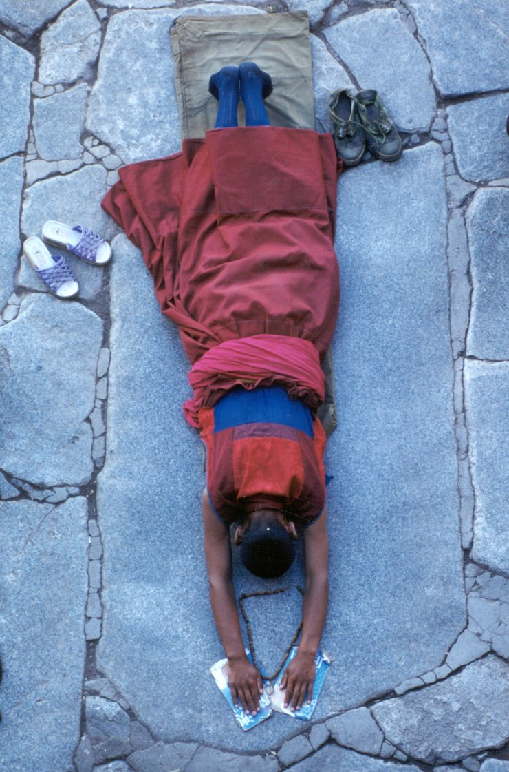 tibet,monaco in preghiera
