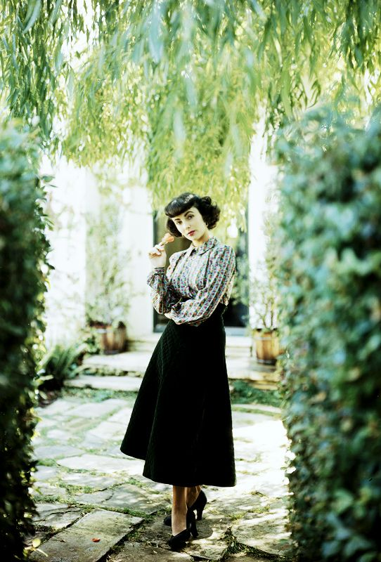 Vogue 1948, Elisabeth taylor in a garden